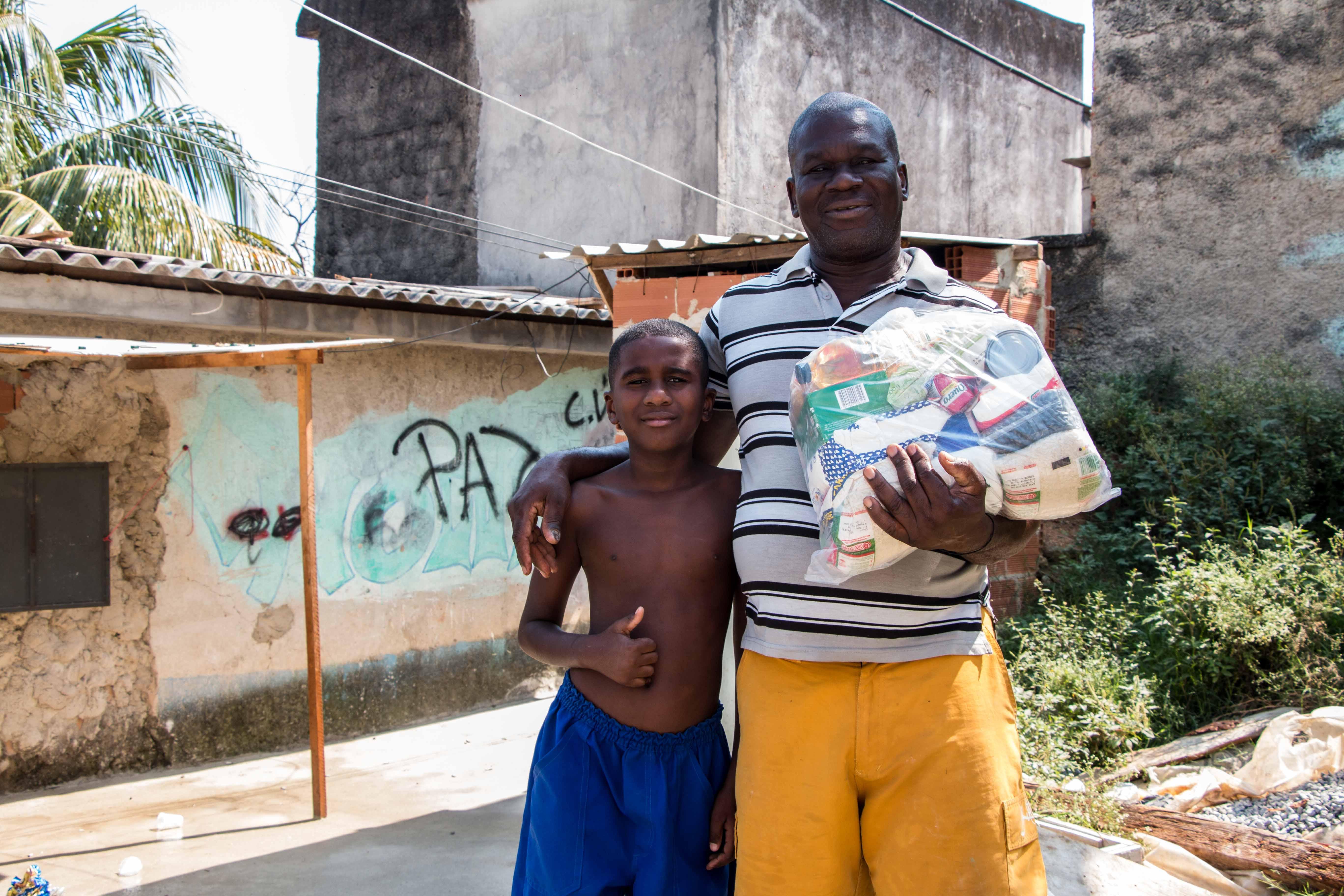 - Moro aqui há 40 anos e é a primeira vez que recebo a cesta, veio em ótima hora. - Contou o idoso. Foto: Renato Moura/Voz Das Comunidades