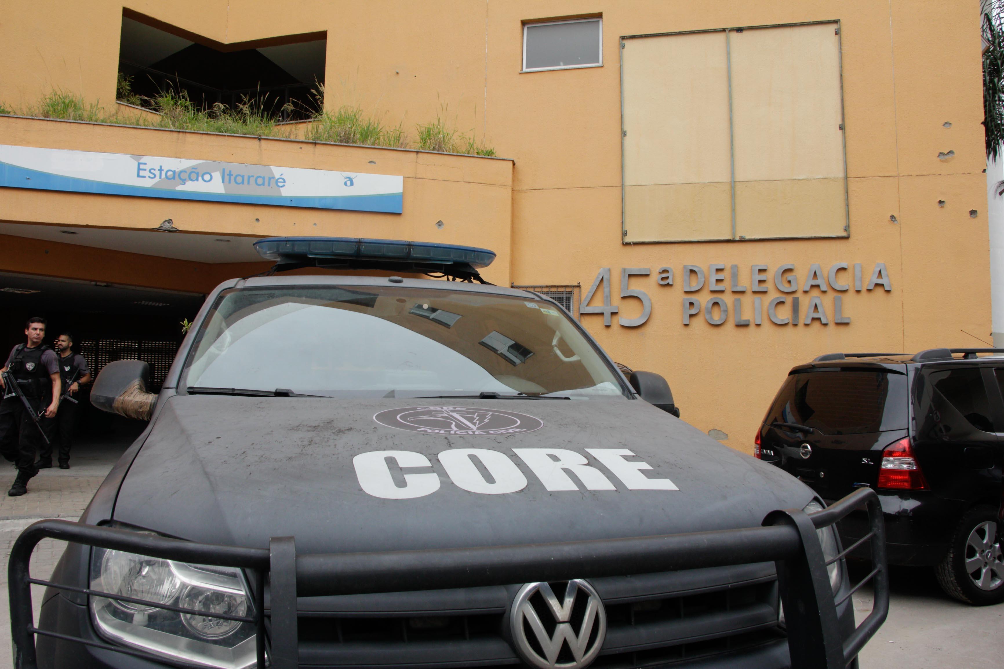 Divisão de Homicídios realiza reconstituição da morte de vigilante em delegacia no Alemão