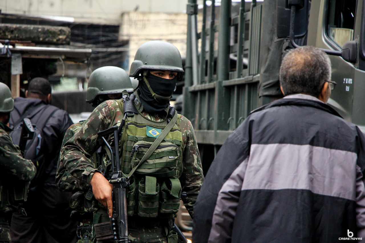 Exército, polícia civil e militar realizam operação na favela Kelsons, no Complexo da Maré