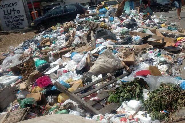 Vídeo mostra acumulo de lixo na Praça do Cruzeiro, no Complexo do Alemão