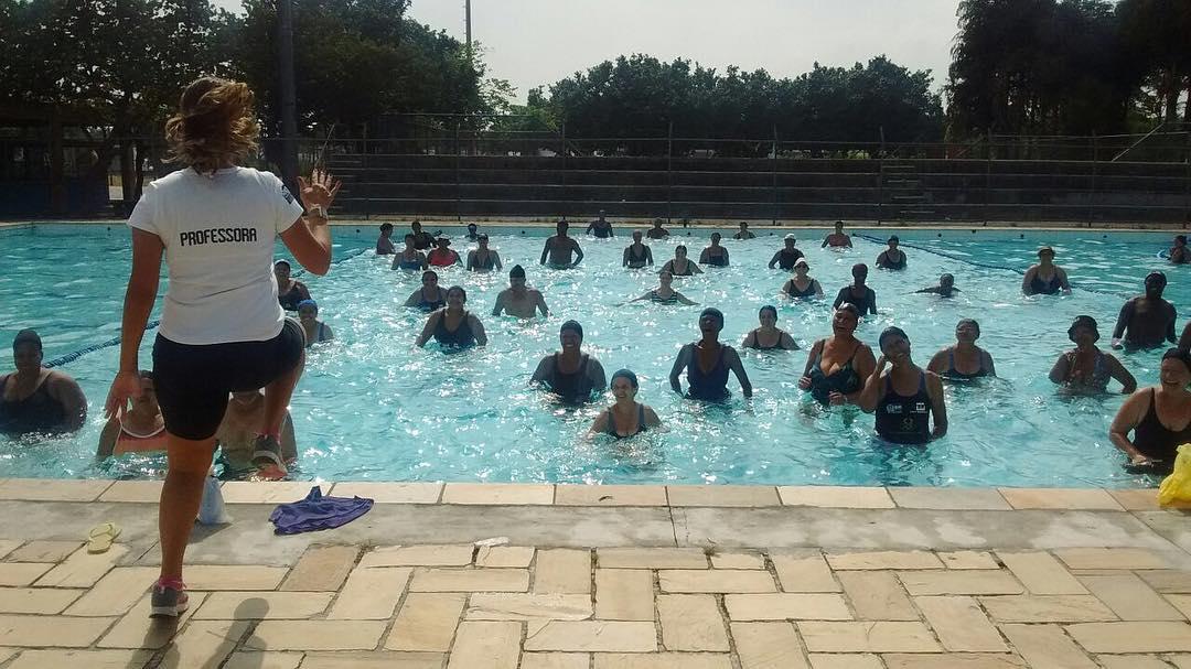 Vila Olímpica da Maré oferece aulas de hidroginástica e natação para crianças e adultos
