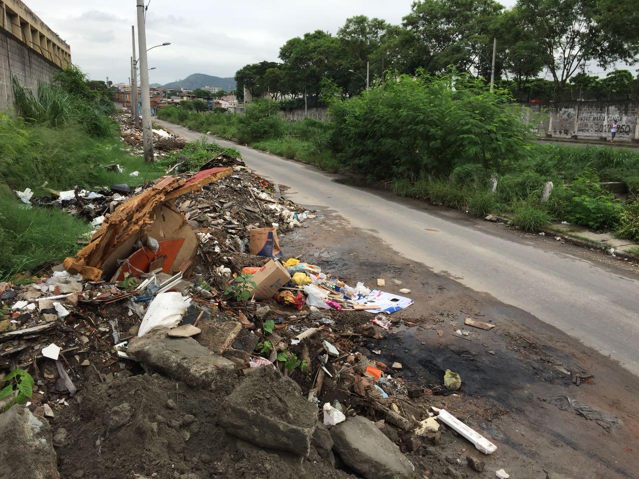 Moradores denunciam depósito de lixo irregular em Inhaúma