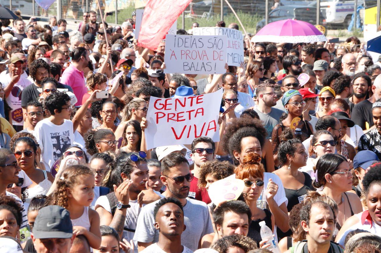 Milhares de pessoas foram às ruas na tarde de ontem (18), no Complexo da Maré, em pedido de justiça e paz