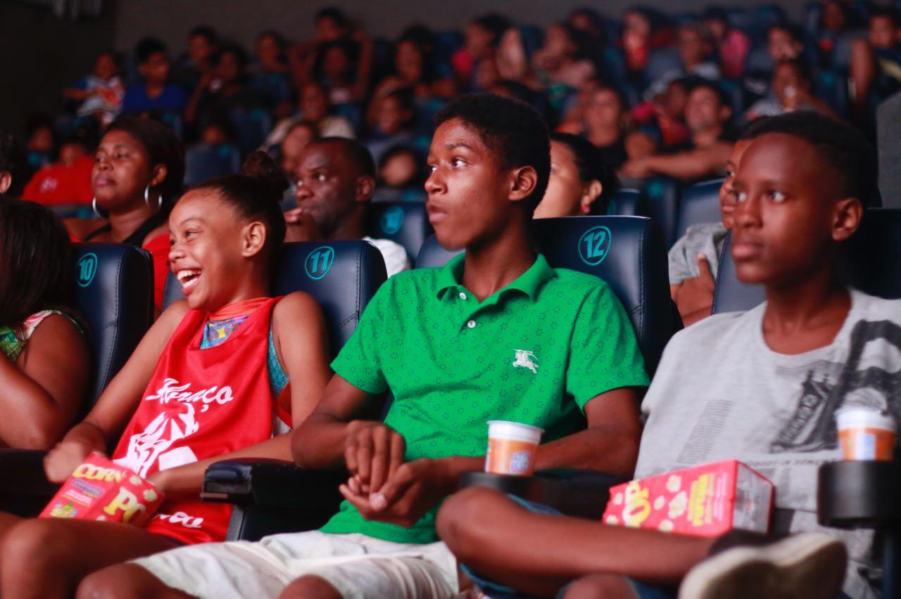 Voz das Comunidades leva crianças do Complexo do Alemão ao cinema
