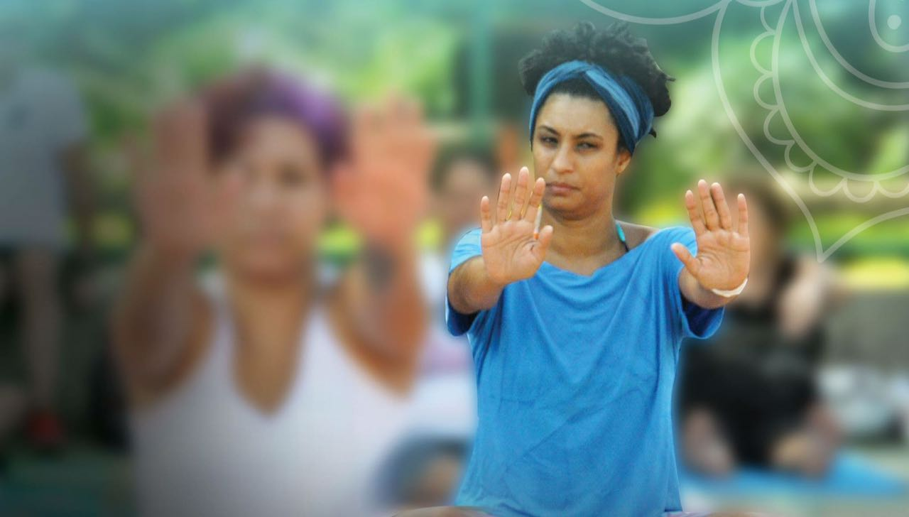 Em memória a um mês das mortes de Marielle Franco e Anderson Gomes, coletivos de yoga se juntam para aulão gratuito