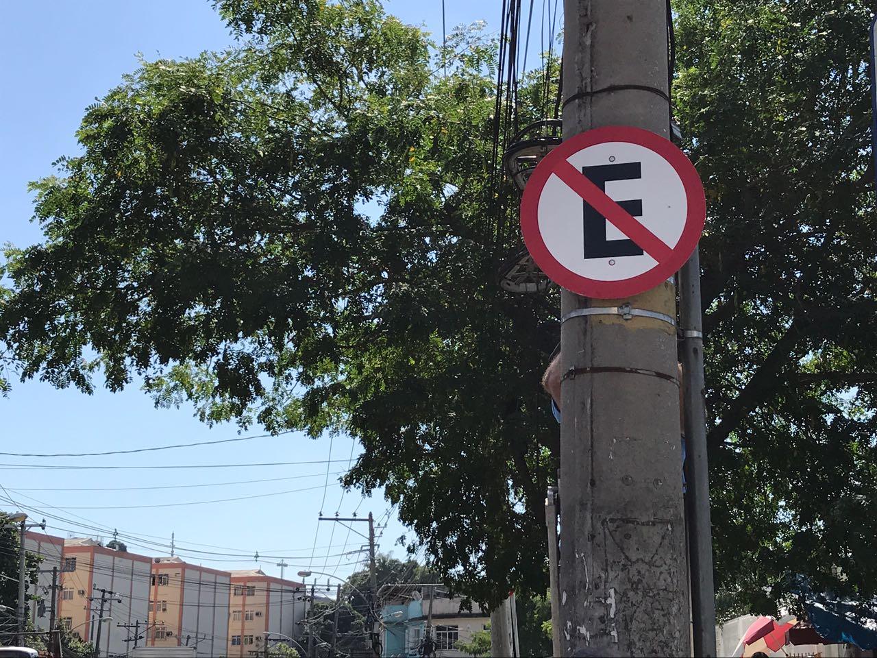Calçada do UPA do Complexo do Alemão, agora tem placas de sinalização que proíbem estacionamento
