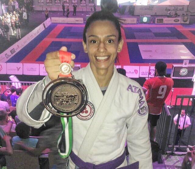 Moradora da Vila Kennedy ganha medalha em competição mundial de Jiu-Jitsu, em Abu Dhabi