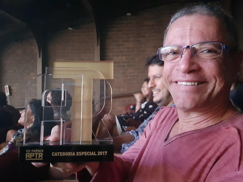 Diretor do Teatro da Laje ganha troféu no 12º Prêmio APTR pelo trabalho realizado na Vila Cruzeiro