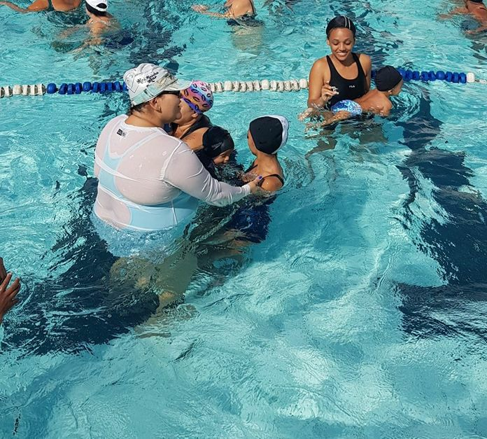 Instituto Mangueira do Futuro tem vagas de natação para bebês