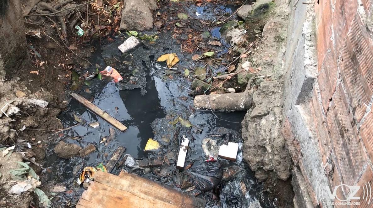 Moradores do Complexo do Alemão denunciam falta de saneamento básico na região; VÍDEO