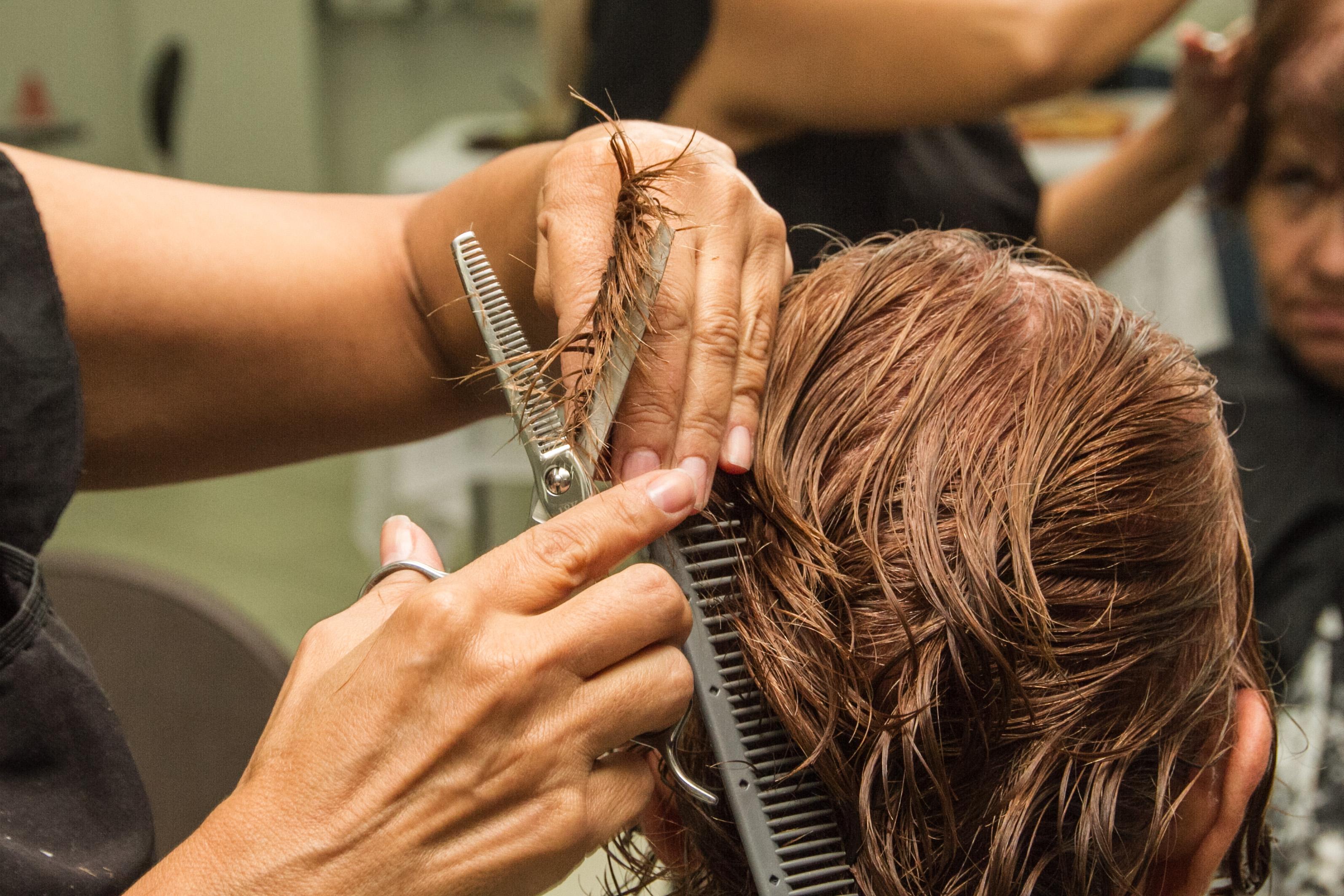 Vagas em cursos de barbearia, design de sobrancelhas e manicure no Fumacê