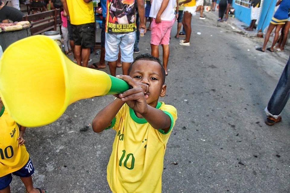 Fotógrafos registram a festa da Copa em Favelas brasileiras