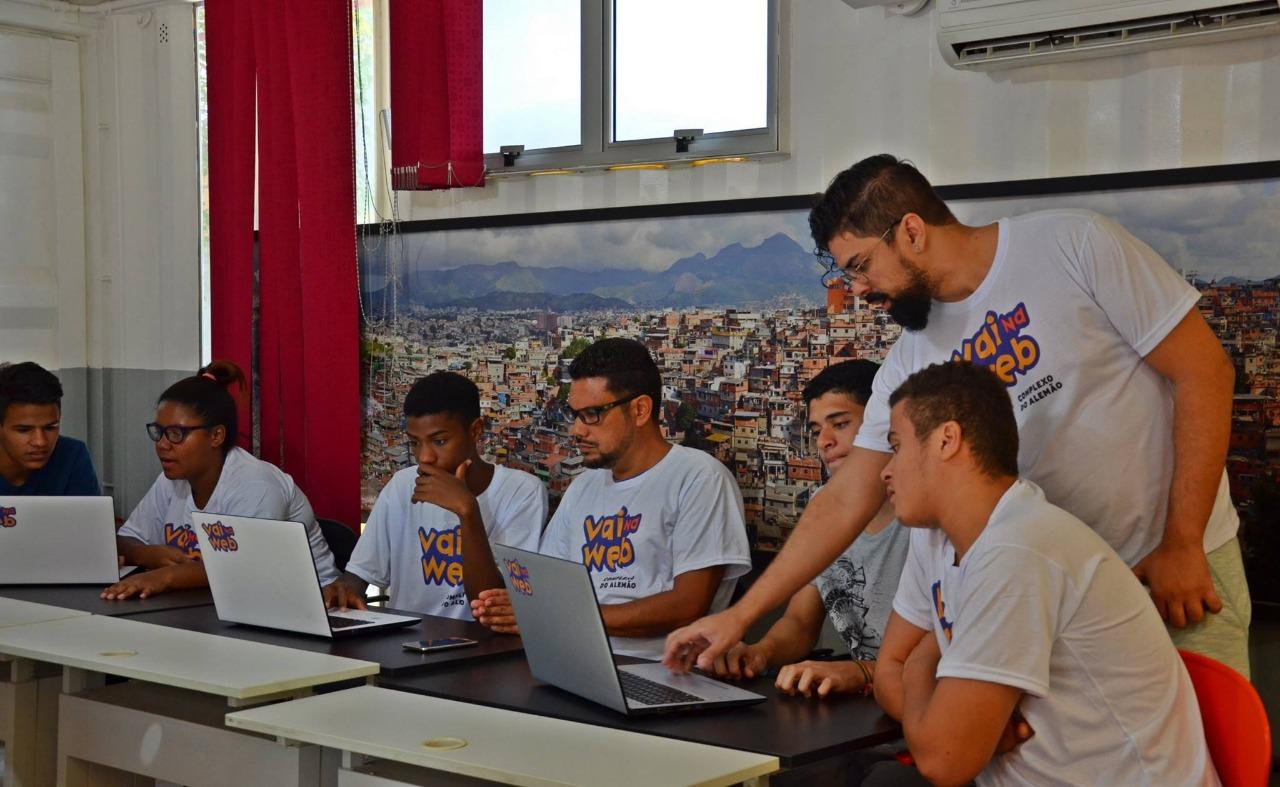 Vai na Web: Educação digital e social democrática