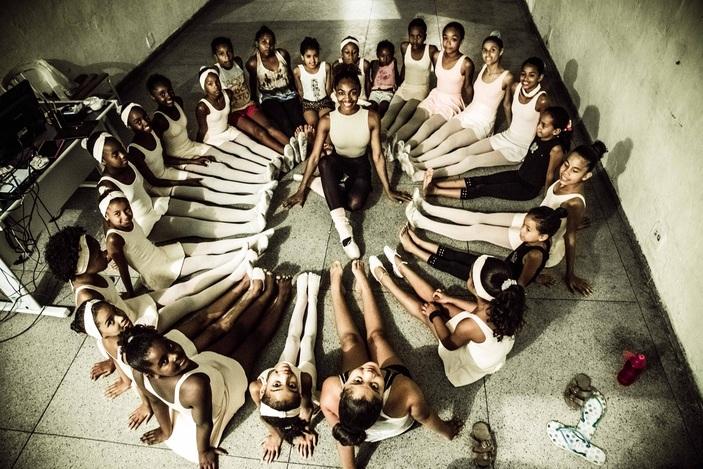 Jovem promove 'vaquinha online' para realizar sonho de bailarinas do Complexo do Alemão