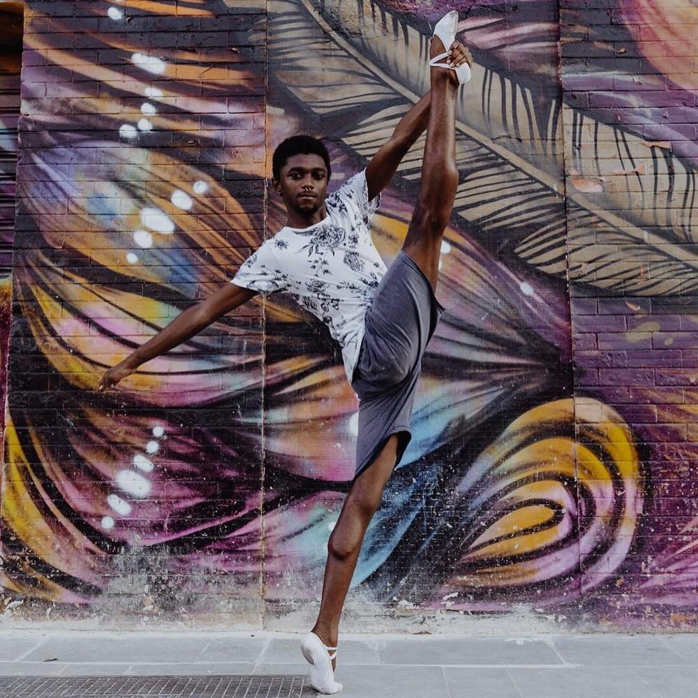 Jovem bailarino do Jacarezinho ganha bolsa na Alemanha e arrecada recursos para viagem