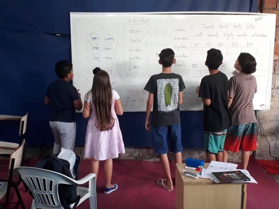 Projeto Surf no Alemão dá aulas de inglês aos domingos