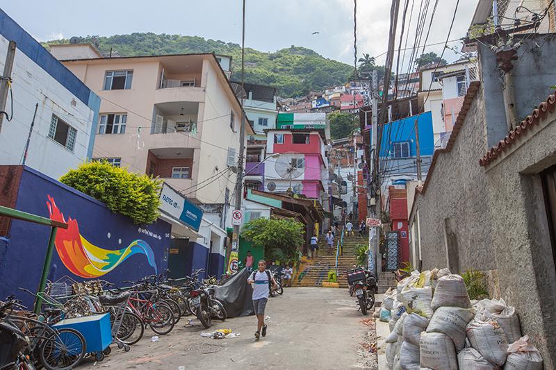 Falta de iluminação em postes deixa trecho do Santa Marta às escuras