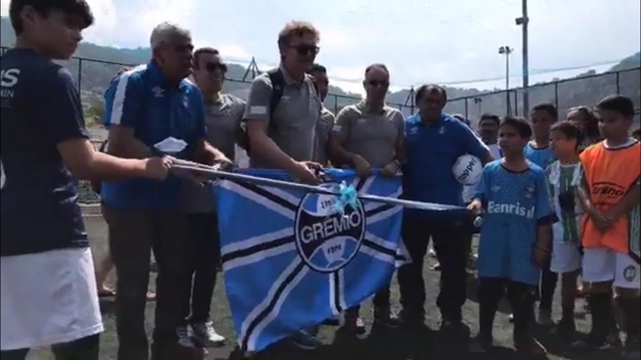 Escolinha de futebol do Grêmio é inaugurada na Rocinha