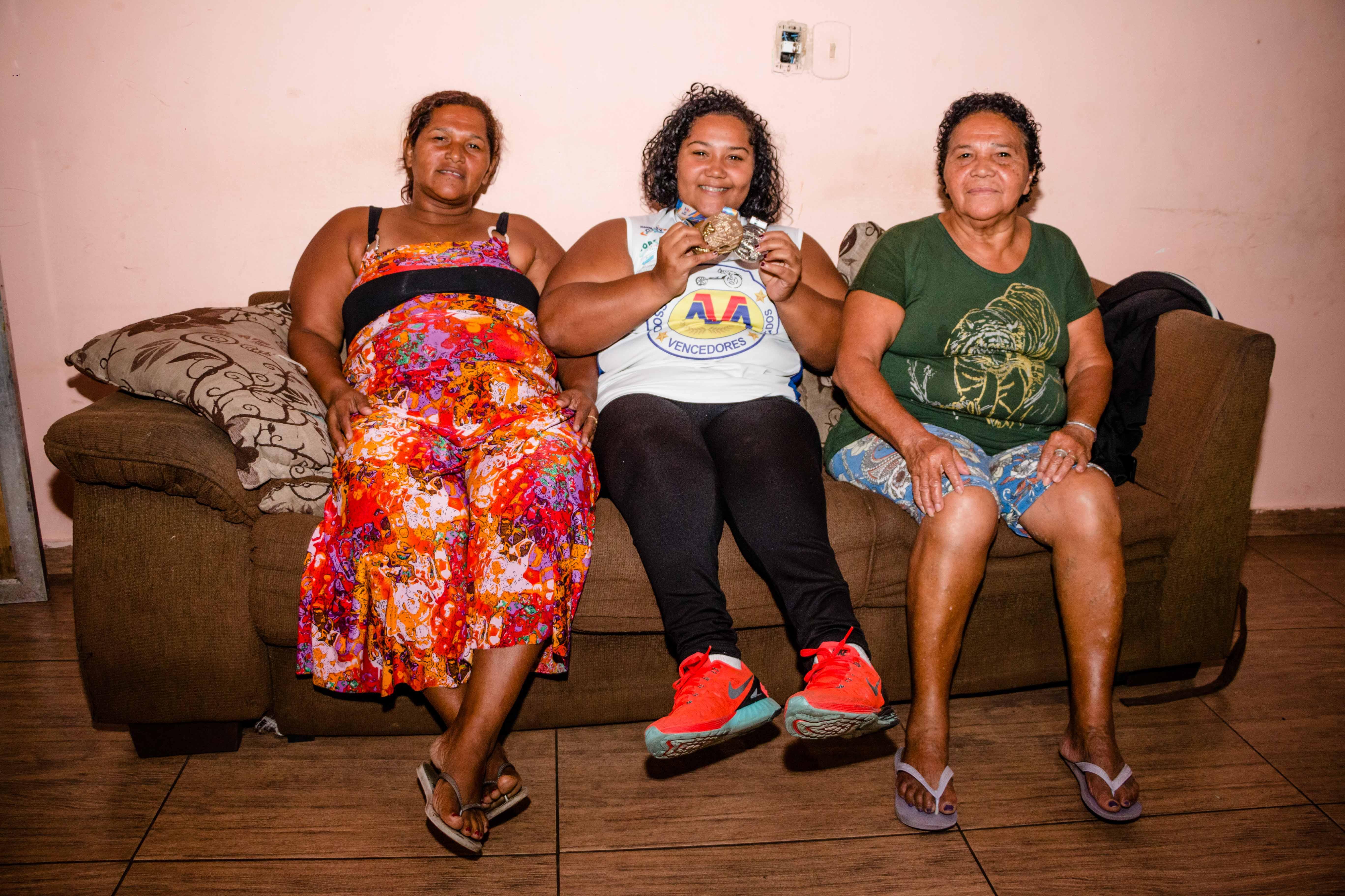 Tayana, sua mãe,  Edna Medeiros  e sua avó.-Foto: Renato Moura