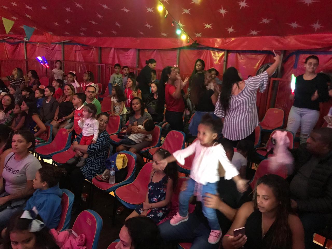 Voz das Comunidades leva mais de 200 crianças para assistirem Patati Patatá – O Show