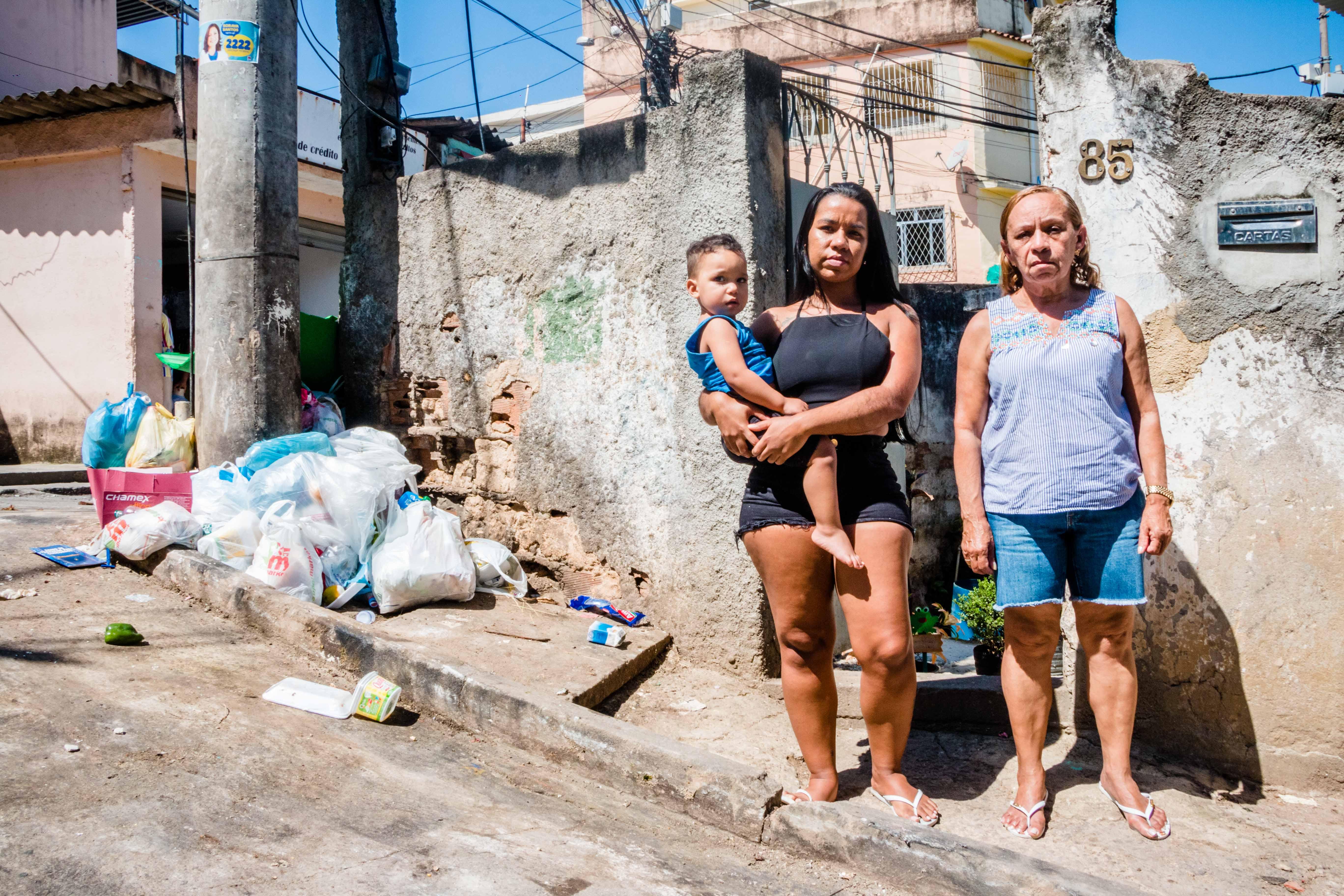 A Casa dos Ratos: Família sofre com lixão na porta de casa, no Complexo do Alemão