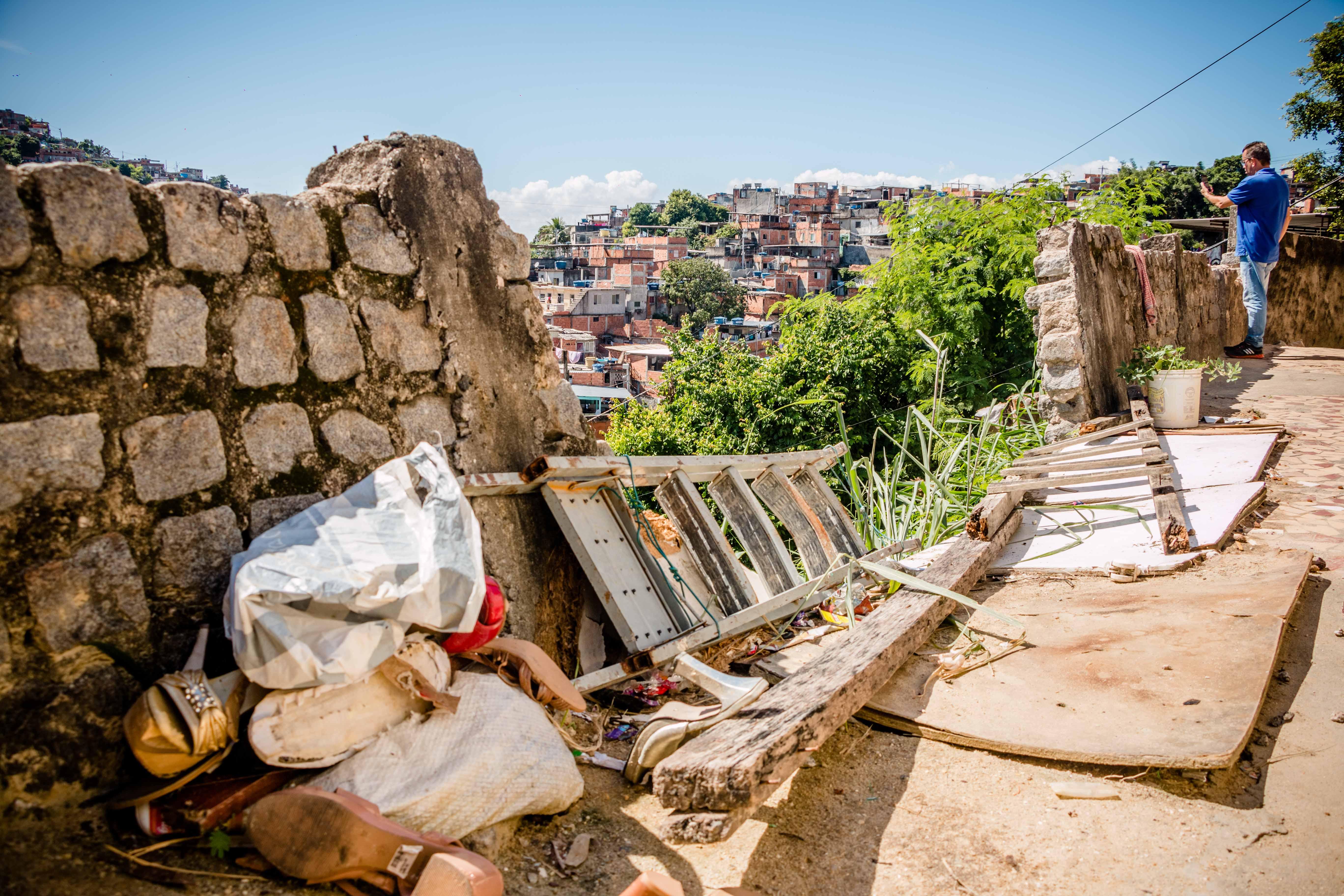 Casas corriam o risco de ceder em encosta na localidade da Grota, no Complexo do Alemão