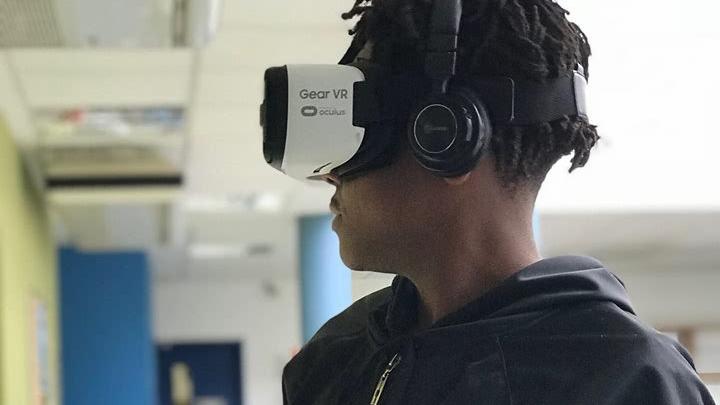 Oficina vai ensinar a fazer óculos de realidade virtual no Complexo do Alemão neste sábado (10)