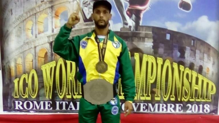 Atleta da Vila Kennedy conquista medalha de ouro em campeonato de Kickboxing