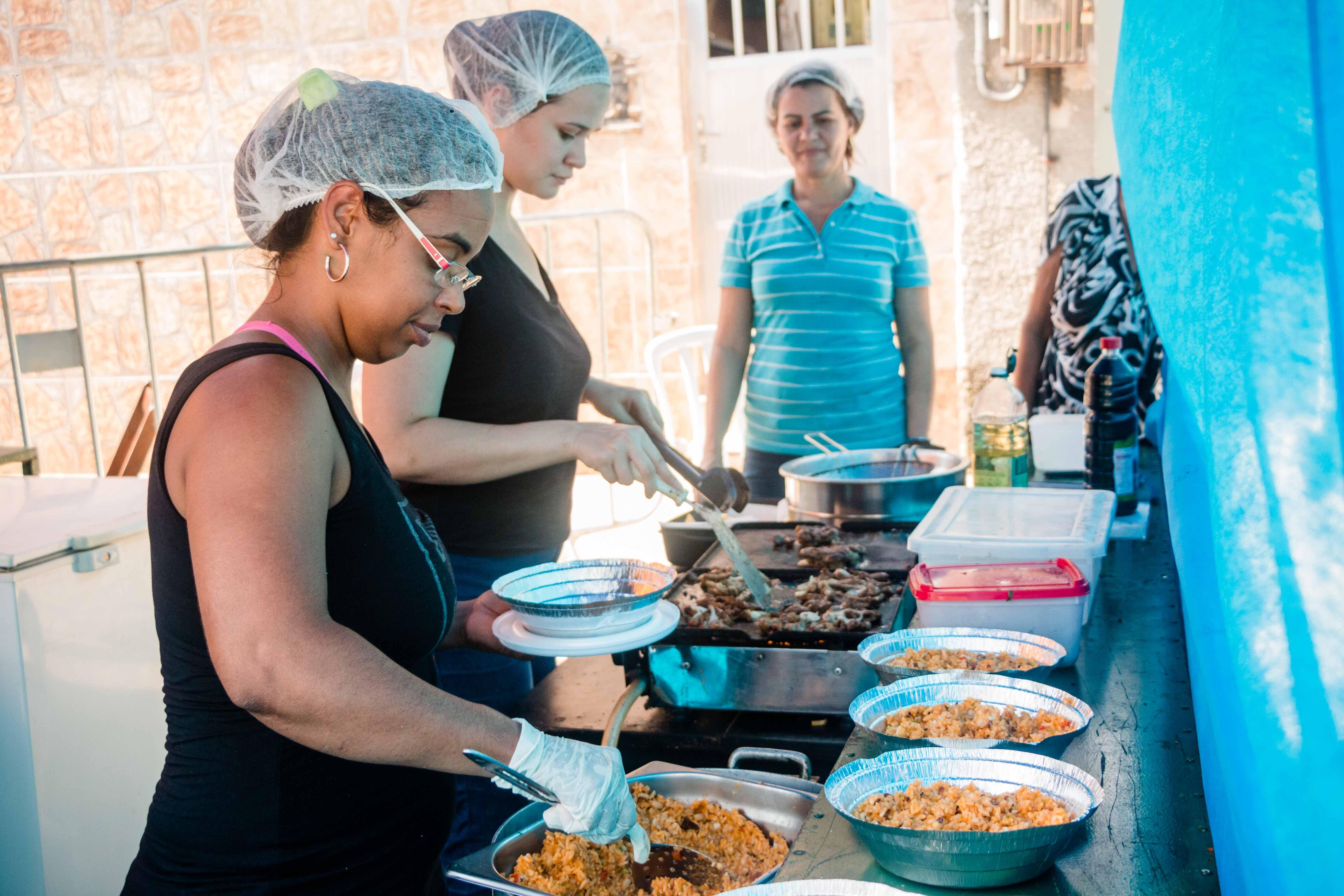 Cozinheiros do Alemão são protagonistas no Circuito Gastronômico de Favelas