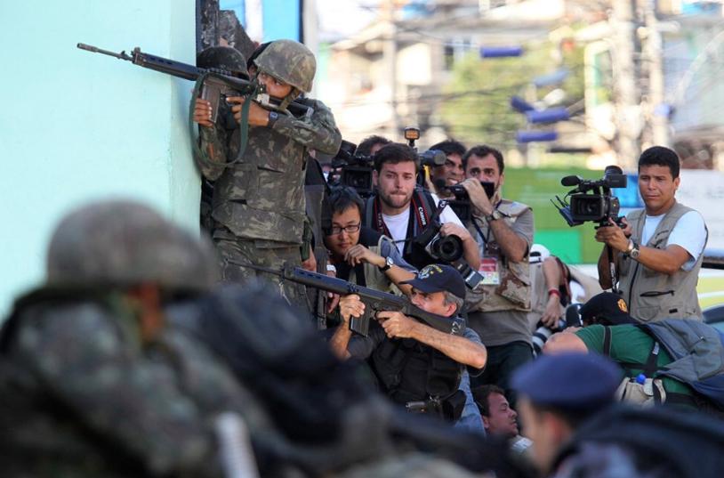 jornalistas ocupavam a parte baixa da favela e brigavam pela melhor imagem, que logo se multiplicava para todo o mundo. Foto: Reprodução