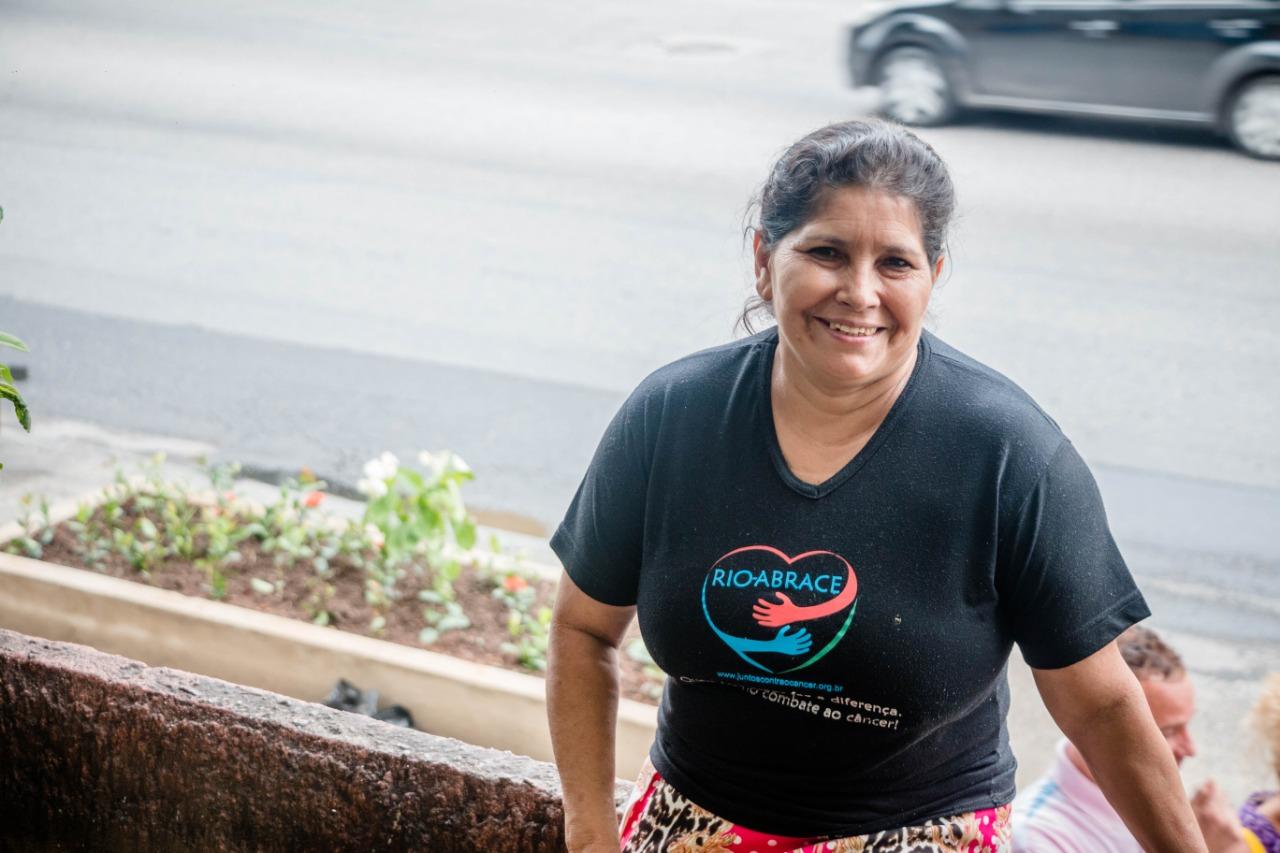 Solange Almeida moradora no condomínio há 10 anos e conta que, antes dos canteiros, a calçada era ocupada por carros. Foto: Renato Moura/Voz das Comunidades