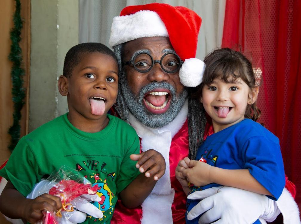 Papai Noel negro marca a presença em festa da ONG Favela Mundo na Cidade de Deus