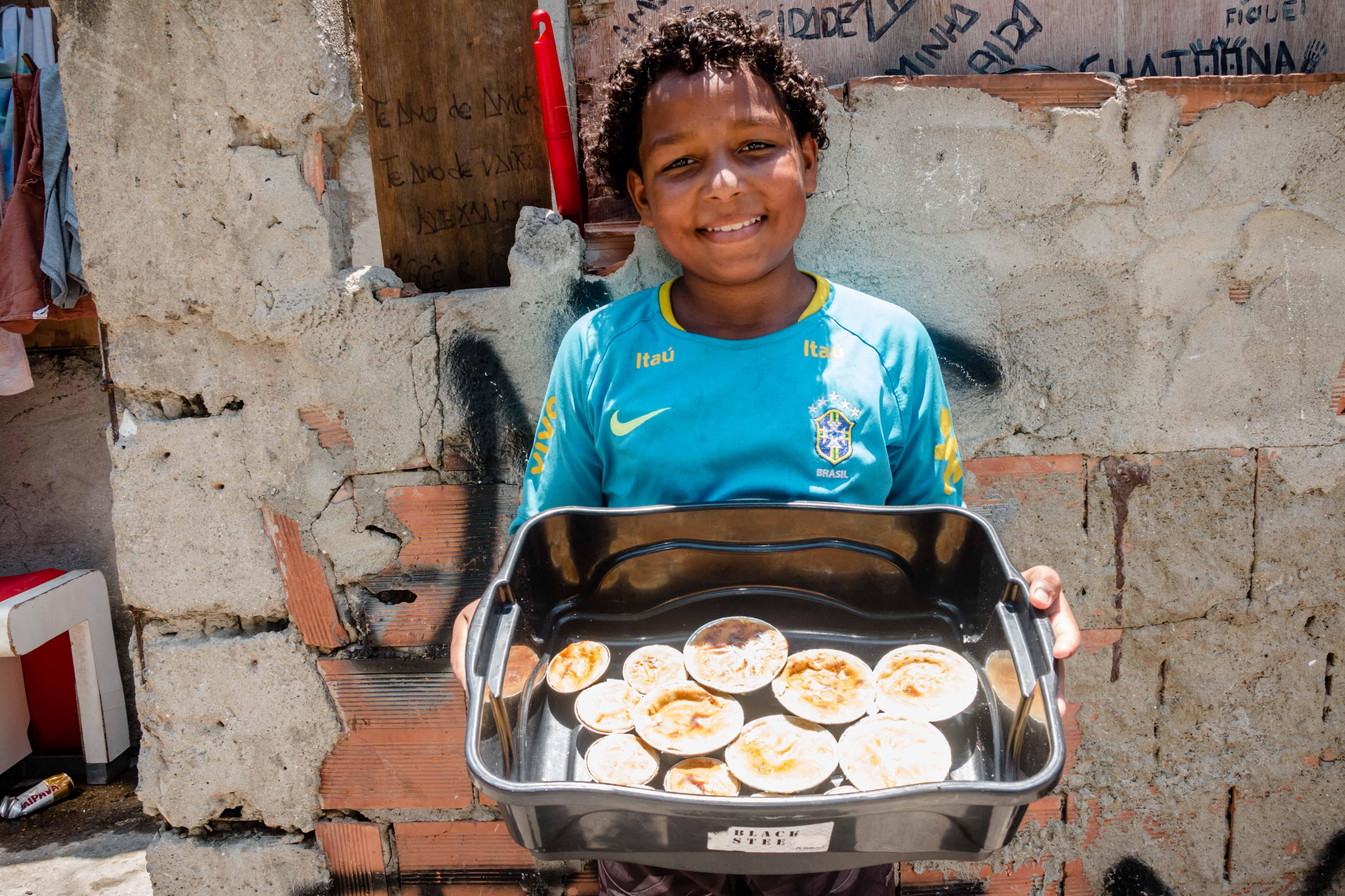 Aos 12 anos, morador da Favela Kelson vende empada para investir na carreira de jogador de futebol