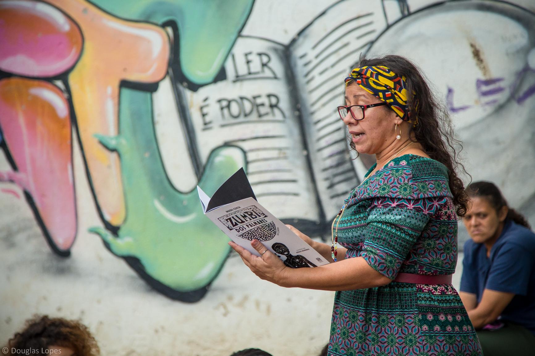 Biblioteca Infantil Maria Clara Machado-Contação de história na Praça Nova Holanda - Foto por: Douglas Lopes - Redes da Maré