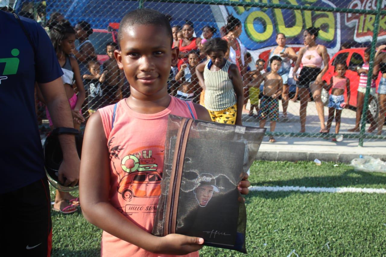DJ Rennan da Penha doa 600 kits escolares para crianças do Alemão e Penha