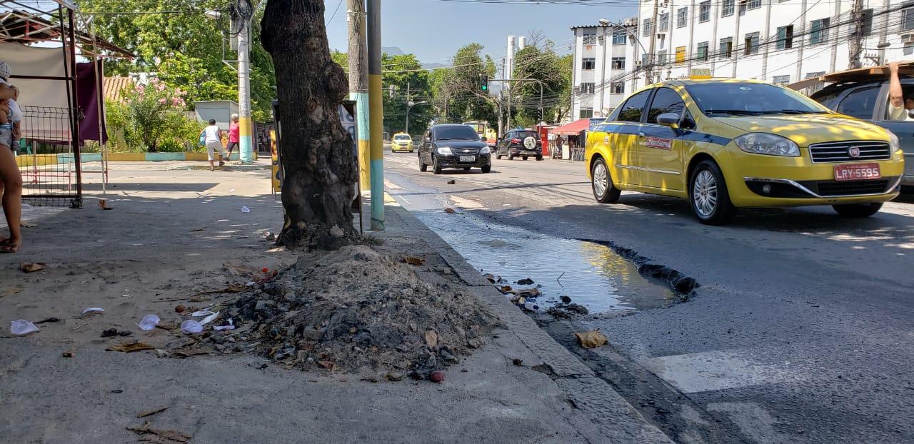 Em tempos de falta, buraco ostenta água que cobre parte de estrada no Alemão