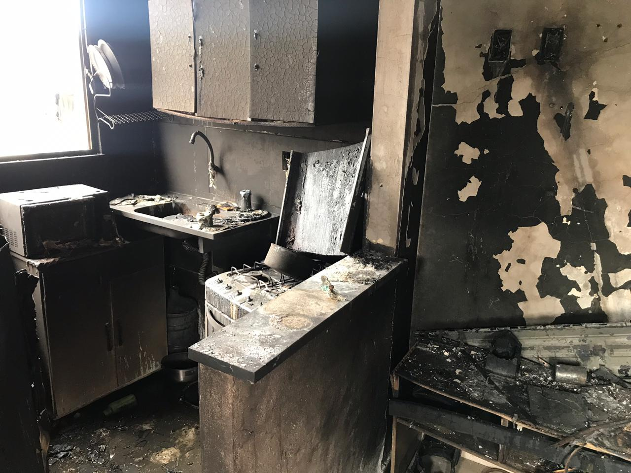 Moradora do Alemão pede ajuda com doações após incêndio