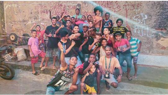 Alô, sociedade! Criança adora funk e tem projeto no Morro do Tuiuti provando isso