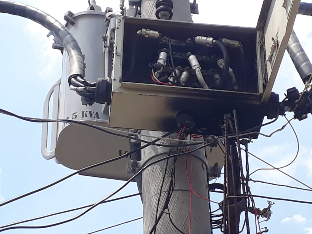 Sem luz, moradores relatam dificuldades na região das Palmeiras, no Alemão
