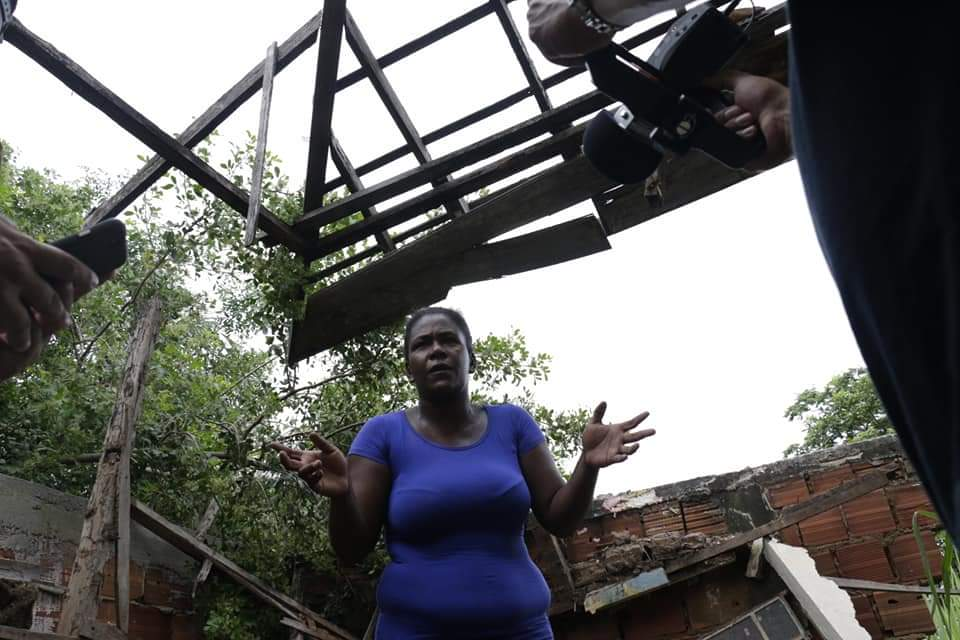 Família do Morro do Adeus pede ajuda após parte da casa desabar
