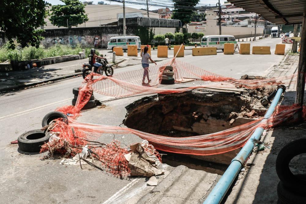 Prefeitura não tem prazo para reabertura da Av. Itaóca e buraco continua na via