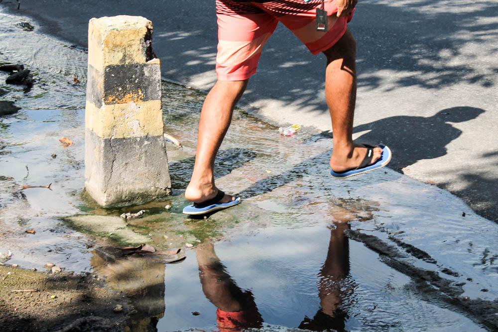 Esgoto entupido causa transtornos aos moradores e comerciantes da Av. Itaóca