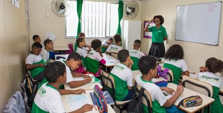 Projeto de apoio escolar trabalha com crianças e adolescentes no Borel