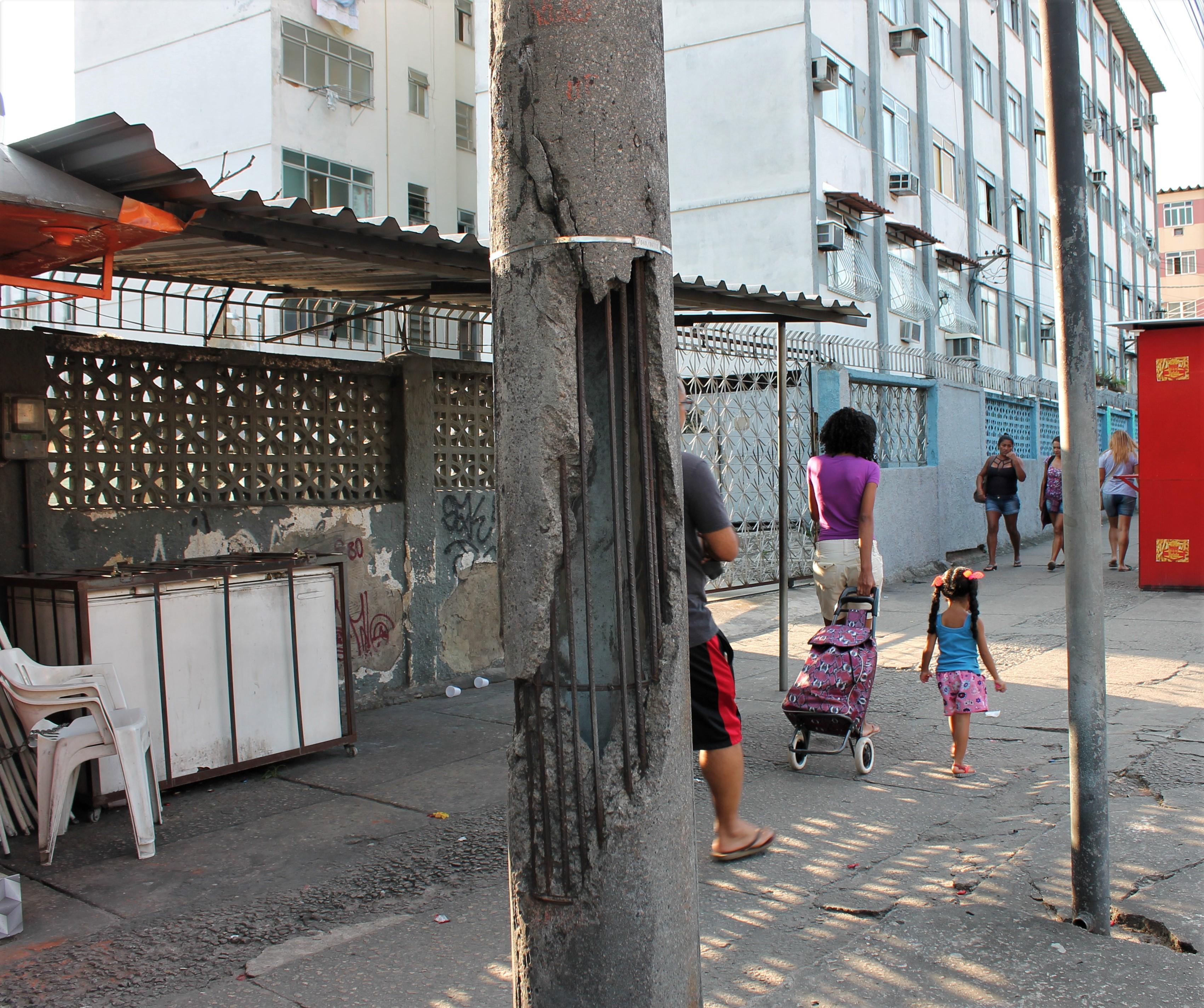 Postes da Estrada do Itararé causam riscos aos moradores do Alemão