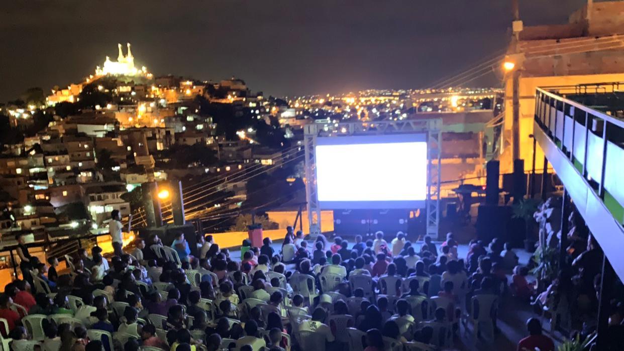 Cinema no Morro: Centenas de crianças da Vila Cruzeiro se divertem no Konteiner