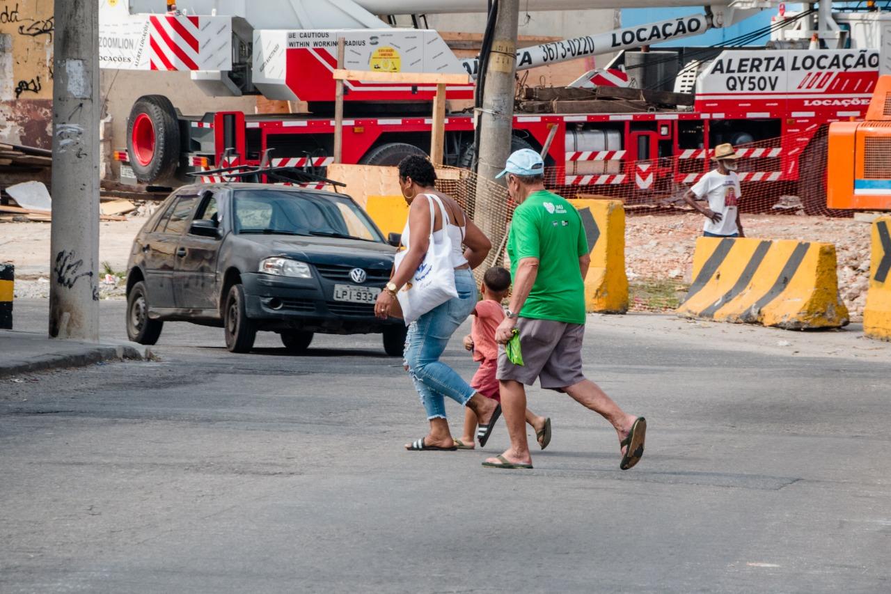 Falta de sinalização em obras na Avenida Itaoca coloca pedestres em risco