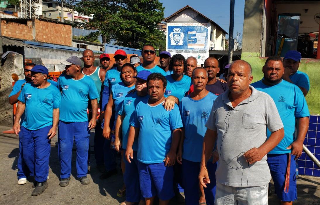 """Sem salário, funcionários do """"Gari Comunitário"""" cobram satisfações sobre fim do projeto"""