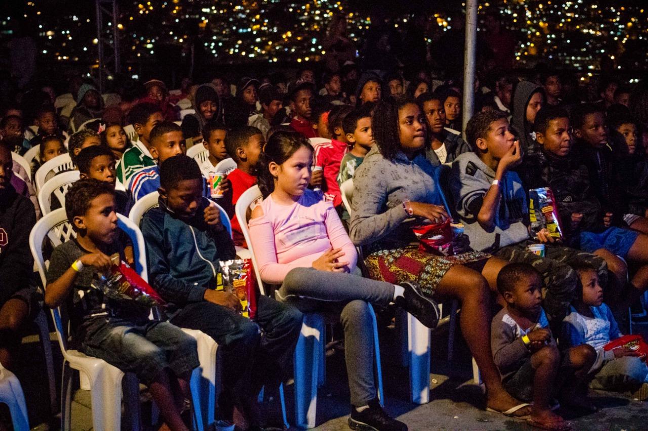 3° Edição do Cinema No Morro leva crianças para o alto do Complexo da Penha