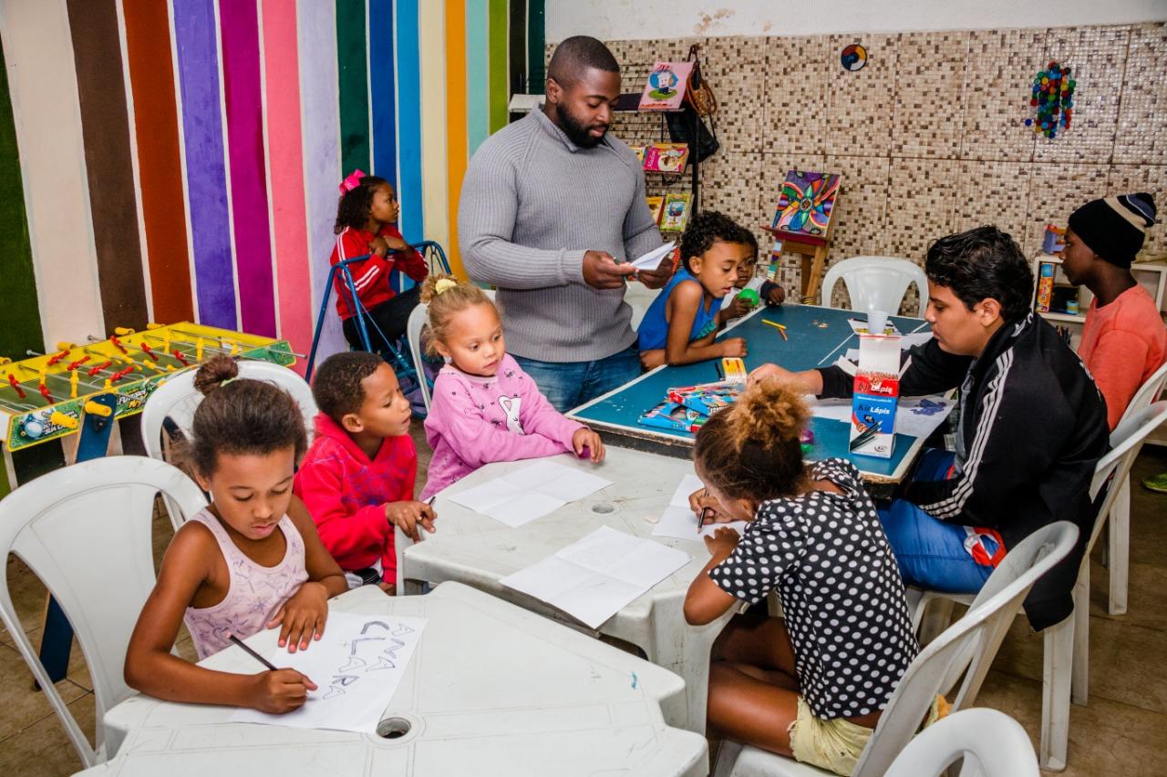 Projeto 'Cria CPX' ensina a arte do graffite aos moradores da comunidade