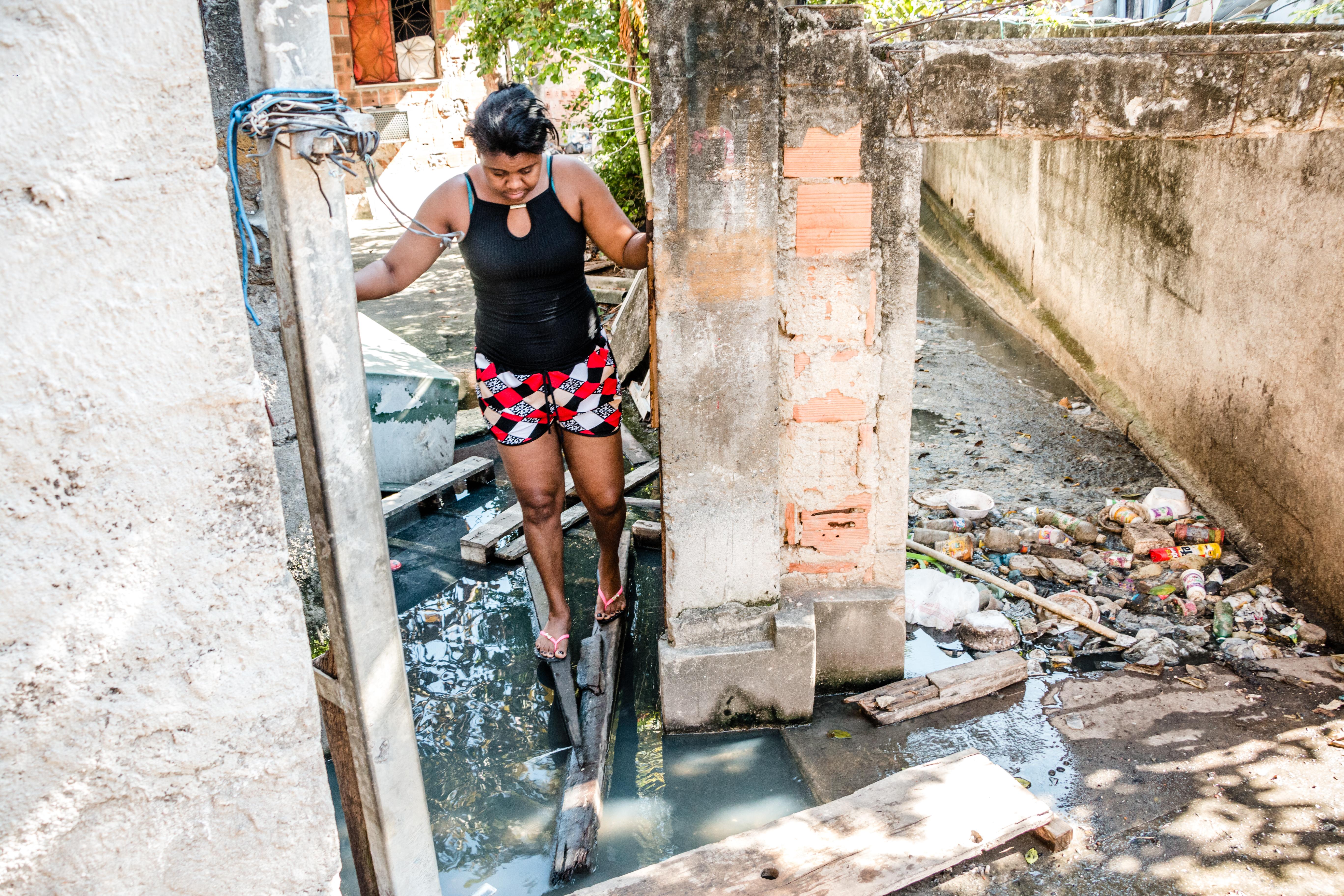Esgoto toma conta do beco Travessa da Viúva após obstrução de canal